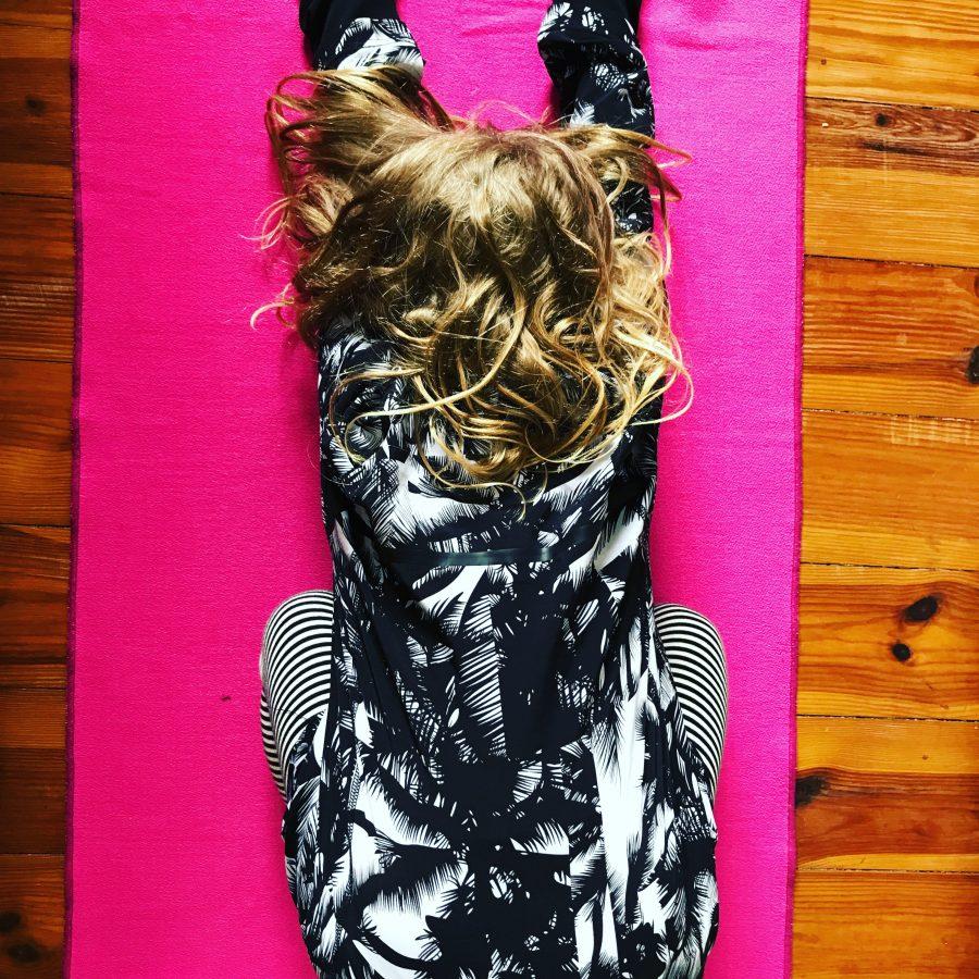 yoga mit kind, balasana, kind im kind